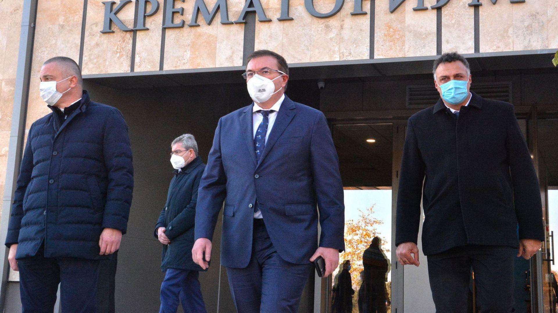 Сокол удари и счупи стъклото на колата на министър Ангелов по пътя за Варна