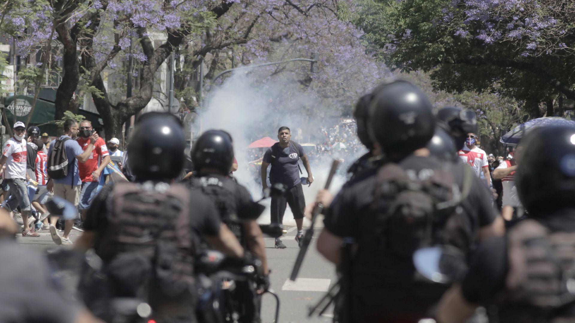 Погребаха Марадона до родителите му, сблъсъци между полицията и хилядите на улицата