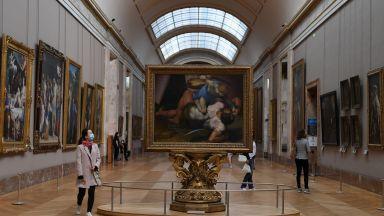 """Виолончелистка превръща заключени музеи във фон за """"целебно изкуство"""""""