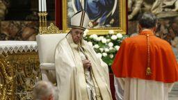 Папата пропуска религиозни служби заради болки в крака