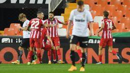 Атлетико мина през Валенсия в свой стил и продължава без загуба в Испания