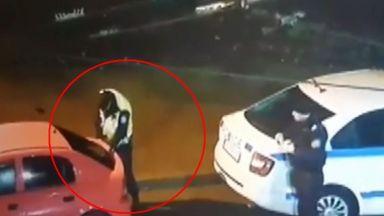 МВР прави проверка след клип как полицай взема емблема на кола (видео)