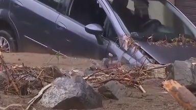 Наводнение потопи Солун, млад мъж загина в колата си (видео)