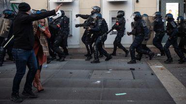 Четирима полицаи, обвинени в побой над чернокож продуцент, са предадени на правосъдието във Франция