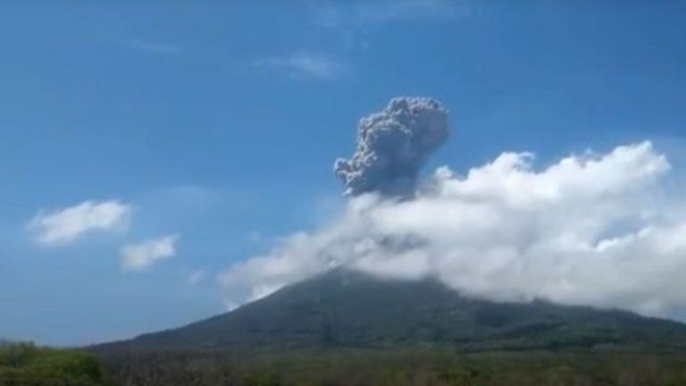 Вулкан изригна днес в източната индонезийска провинция Нуса Тенгара, като