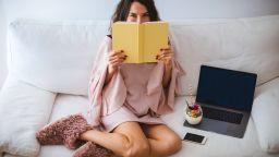 Локдаун мода 2020: Пухкави пантофи, коледни пижами и секси халати