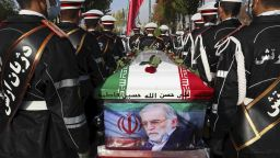 Със закани за отмъщение в Иран погребаха своя ядрен учен (снимки)