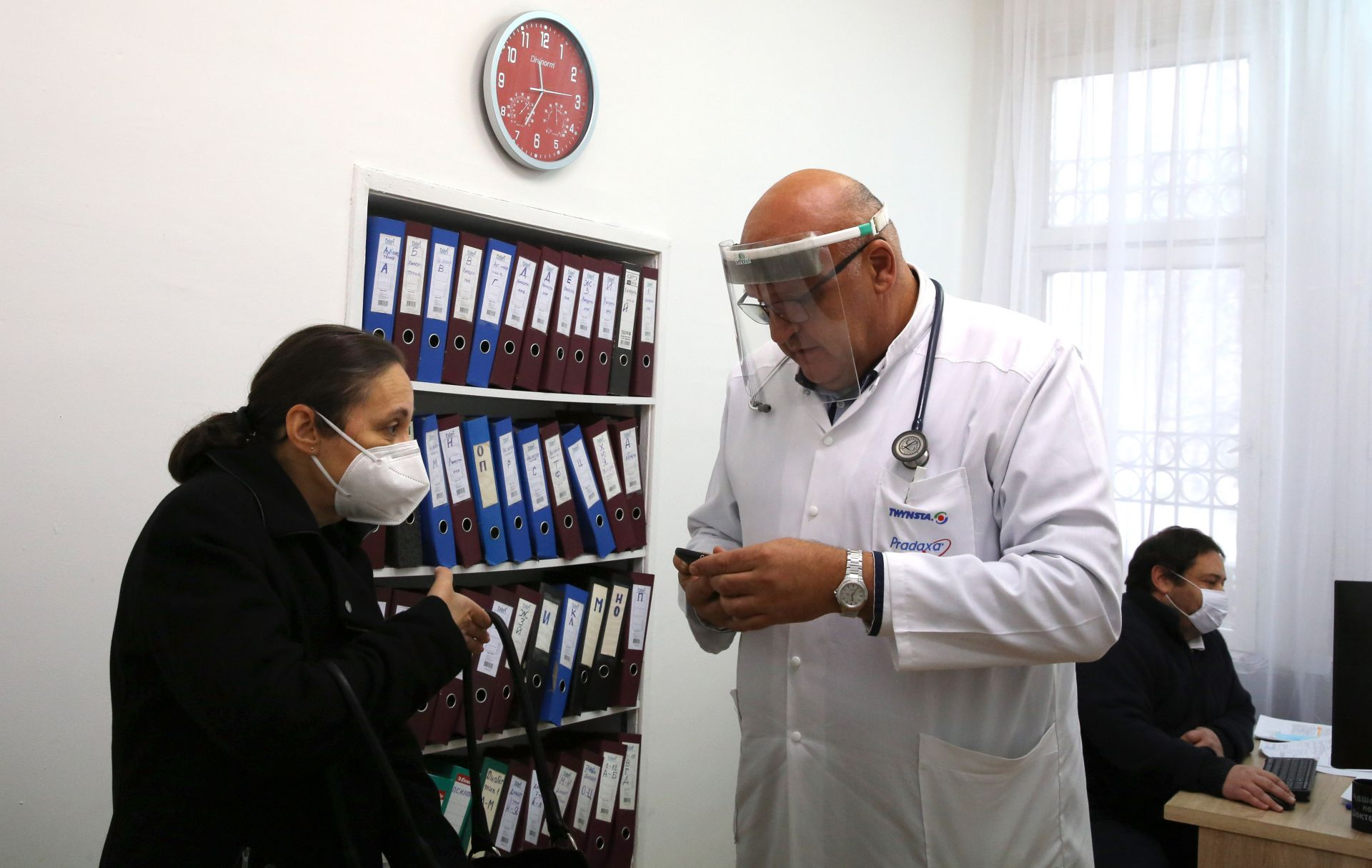 """Заместник-министърът на здравеопазването Жени Начева(ляво) и представител на """"Информационно обслужване"""" направиха демонстрация на системата за издаване на електронно направление за безплатен PCR-тест от личен лекар"""