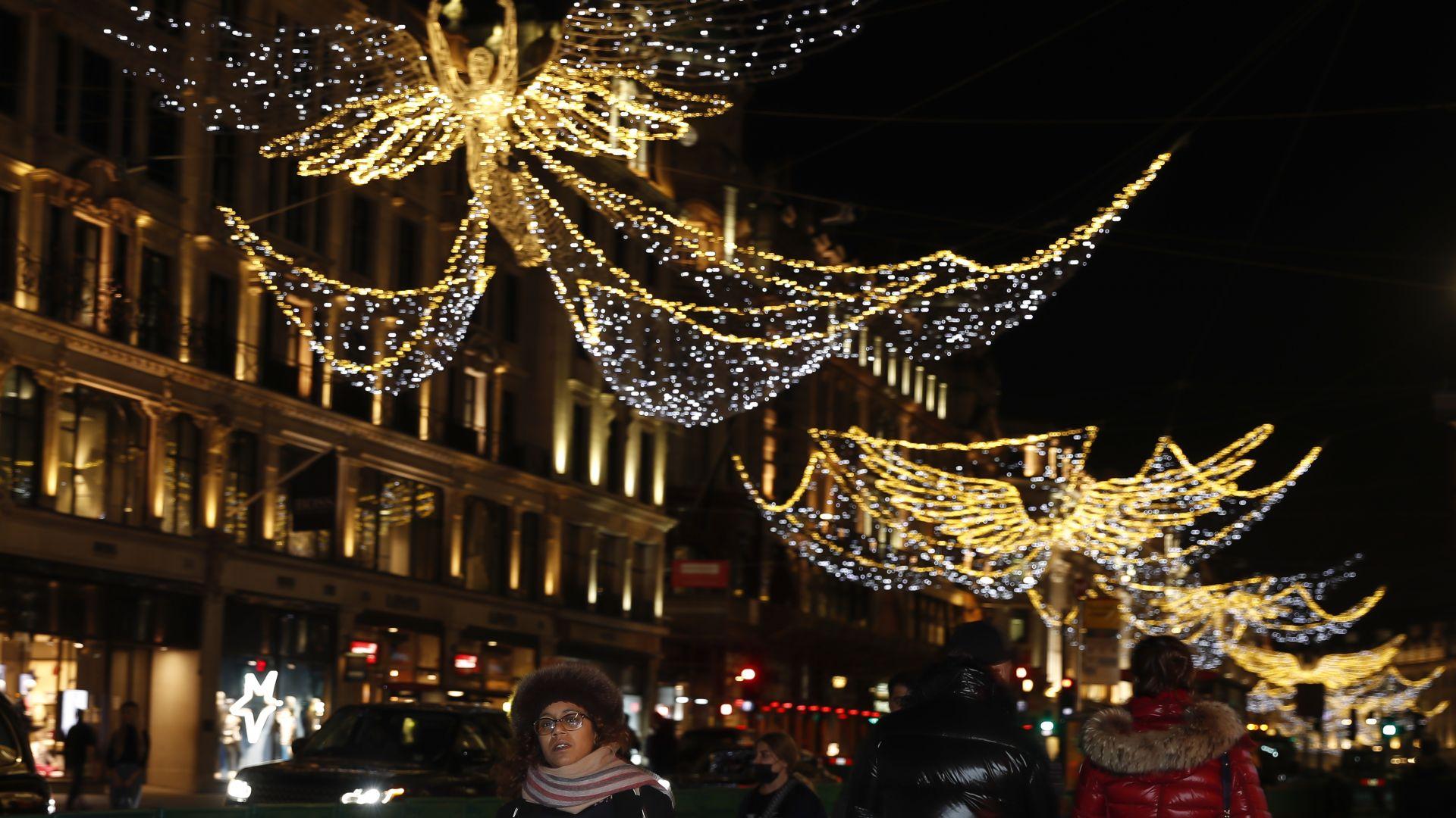 Лондон грее с коледна украса, палят виртуално светлините на елхата (снимки и видео)