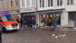 Убити и ранени, след като мъж с вряза с кола в пешеходна зона в Германия (видео)