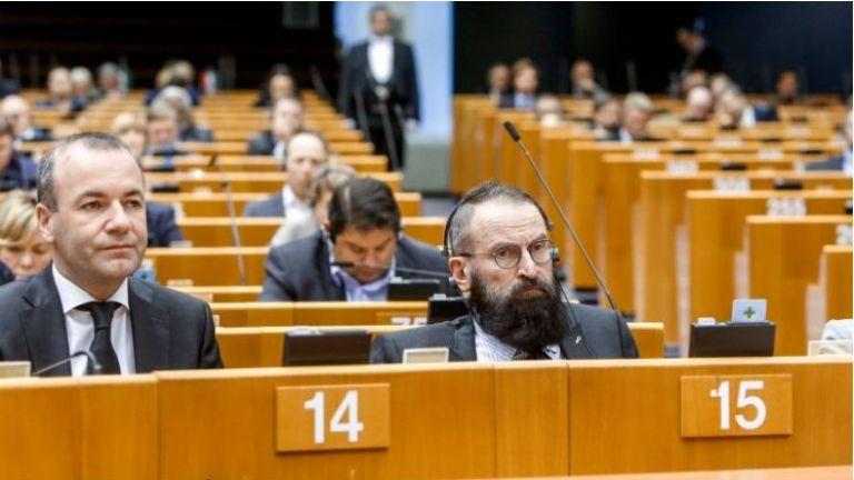 Унгарски евродепутат хомофоб подаде оставка след залавяне в групова гей