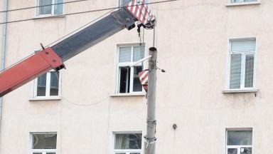 Евакуираха от дома му с кран 300-килограмов мъж