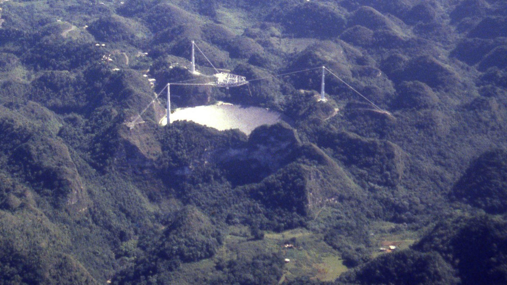 """Огромният радиотелескоп """"Аресибо"""" рухна напълно"""