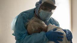 Снимка на лекар, прегърнал старец в Covid отделение, разплака мрежата