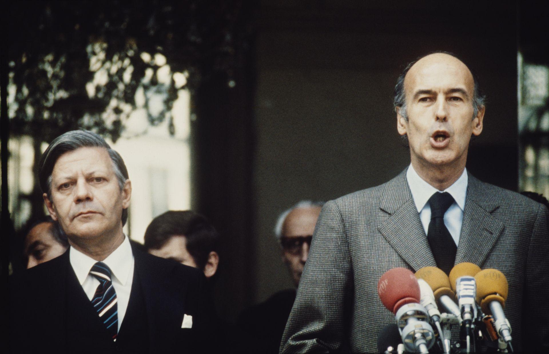 Валери Жискар д'Естен като президент на Франция с германския канцлер Хелмут Шмит (вляво) през 1974 г.