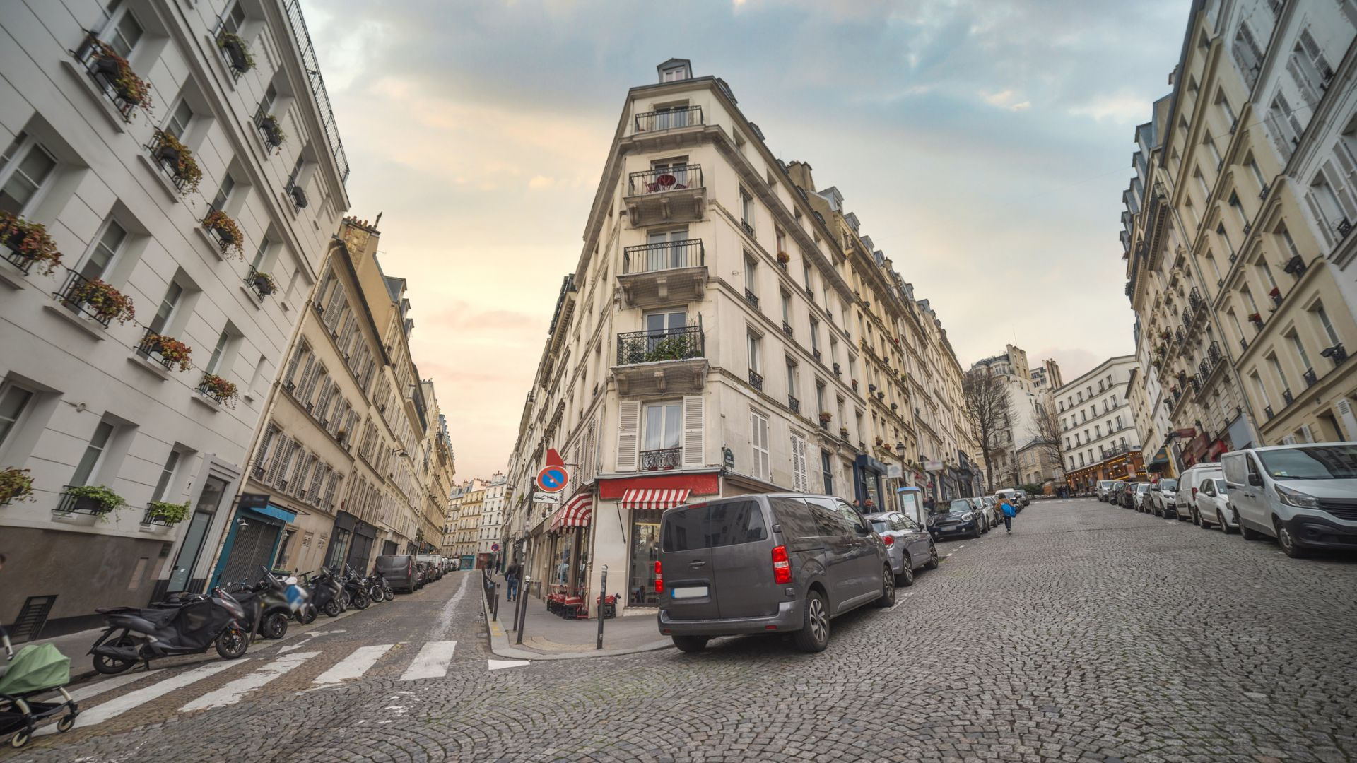 Празните хотели в Париж отвориха вратите си за бездомниците
