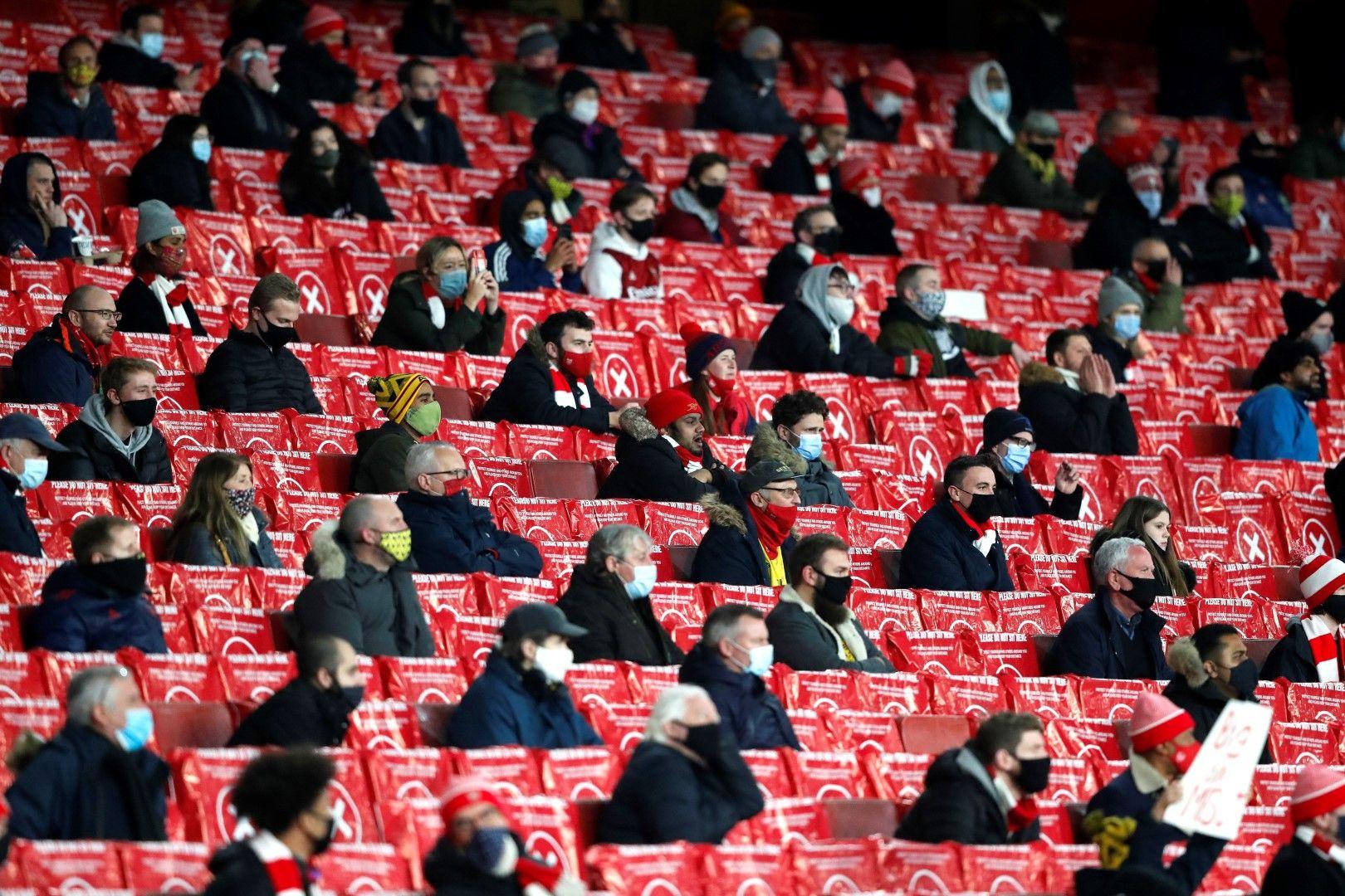 Феновете се завърнаха на стадиона на Арсенал, макари  в доста ограничен състав