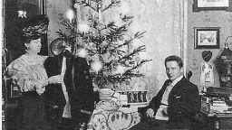 Историята на семейство, което се снима пред елхата точно на Коледа от 1900 до 1942 година