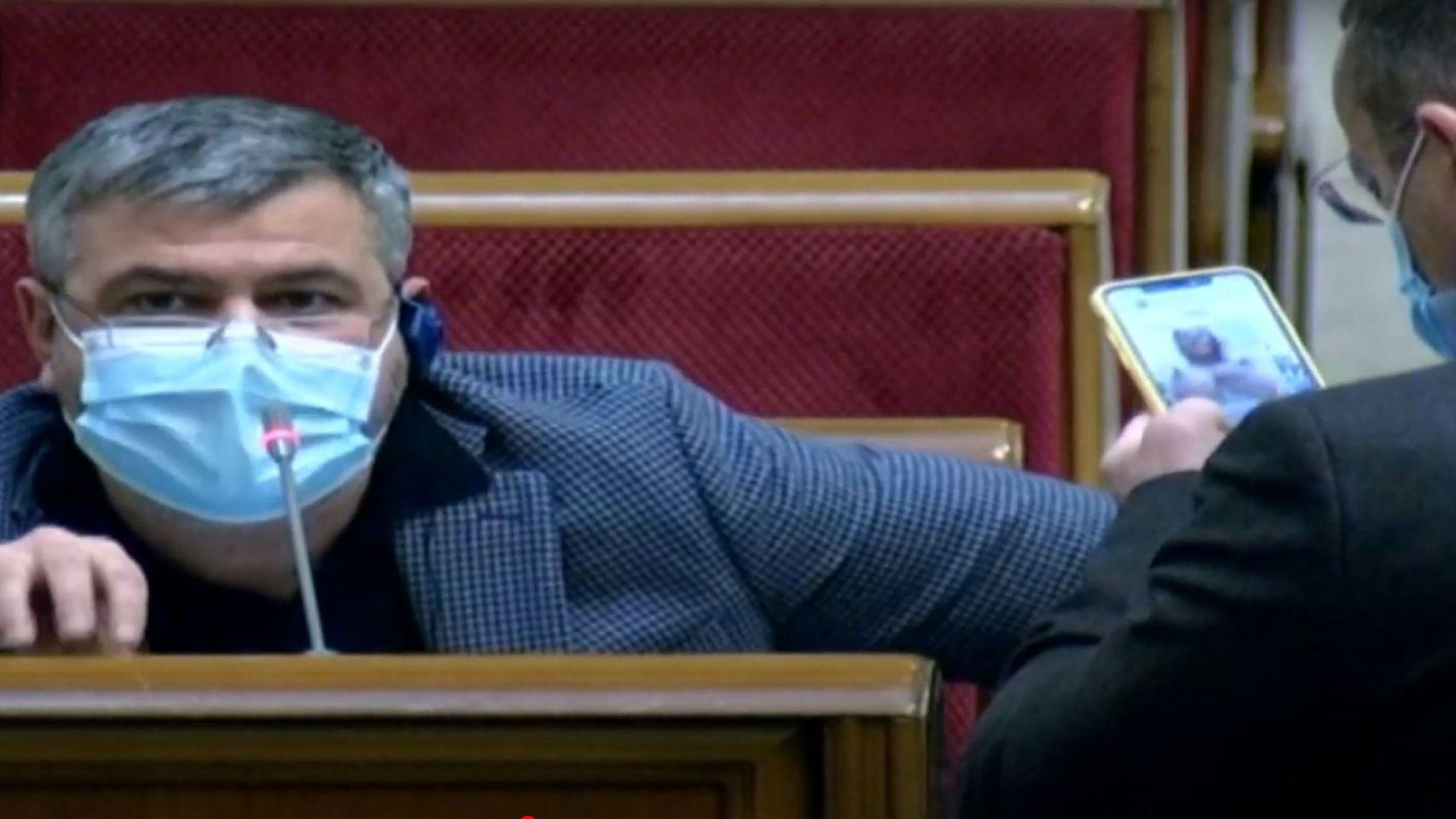 Украински депутат разглежда голи снимки по време на работа (видео)