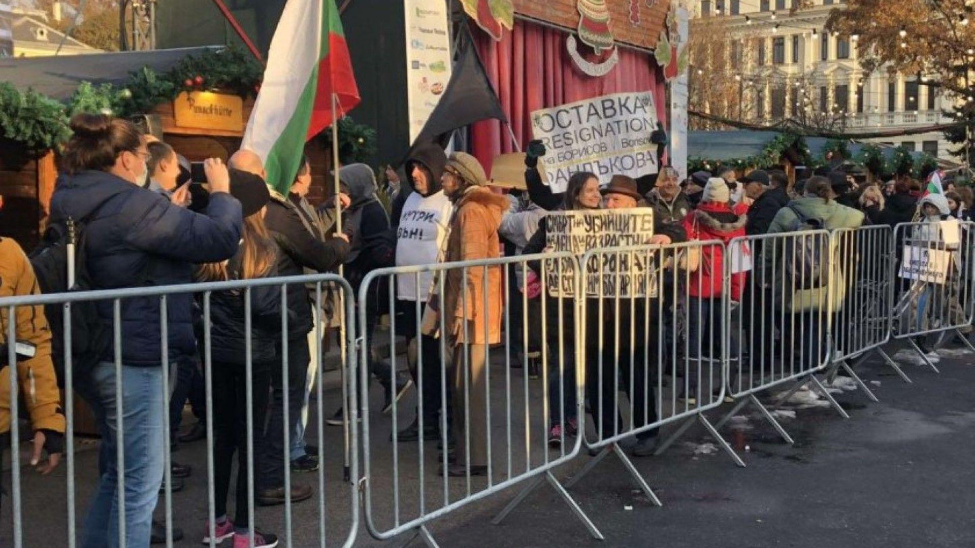 150-ият ден: Протестиращи нахлуха на коледния базар