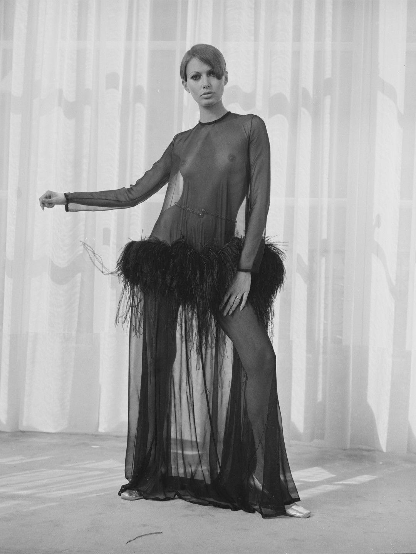 Модел, облечен с прозрачна рокля на Ив Сен Лоран, Париж, 19 август, 1968 г.