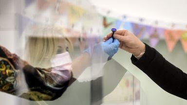 Тридневни избори, лични химикалки и ниска активност: Как Европа гласува в пандемия