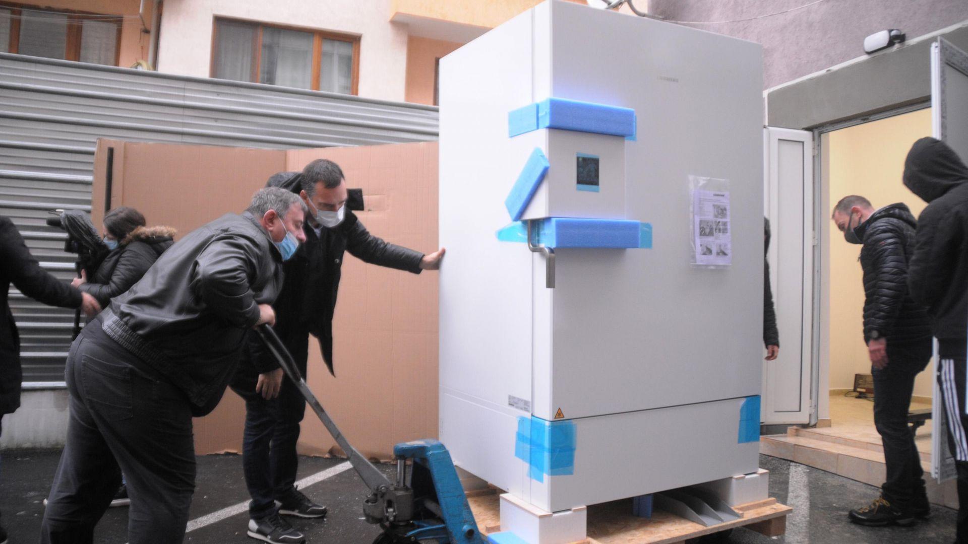 Вижте как инсталираха фризера за Covid ваксините в Бургас (снимки)