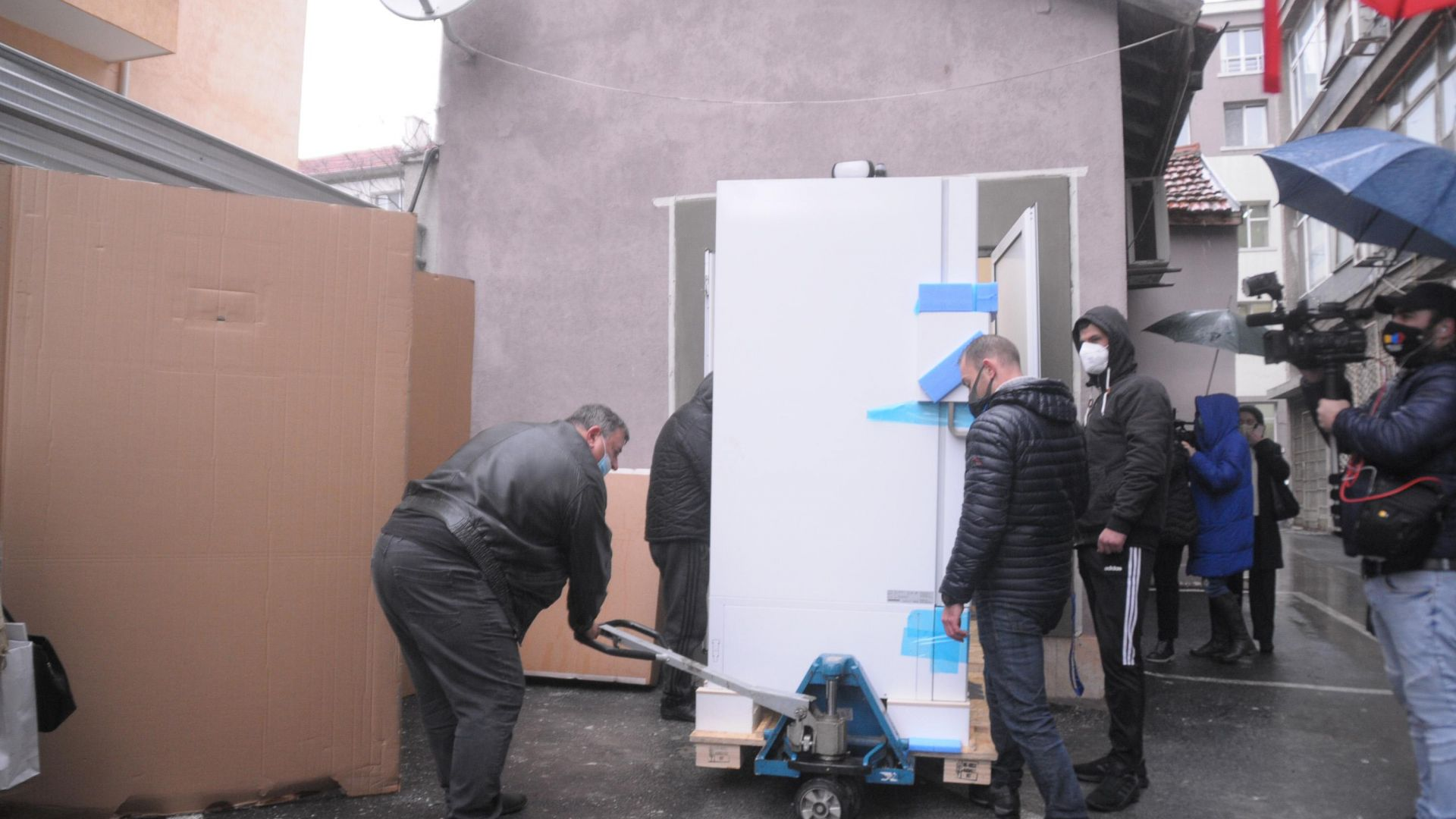 Фризерът за Covid ваксините в Бургас не бил обърнат, а само опаковката
