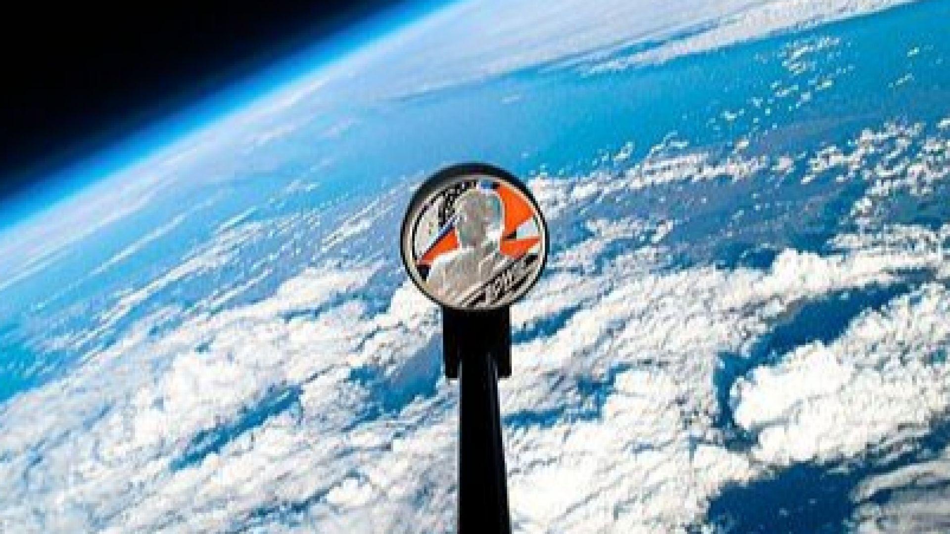 Монета за Дейвид Боуи полетя към космоса (снимки/видео)