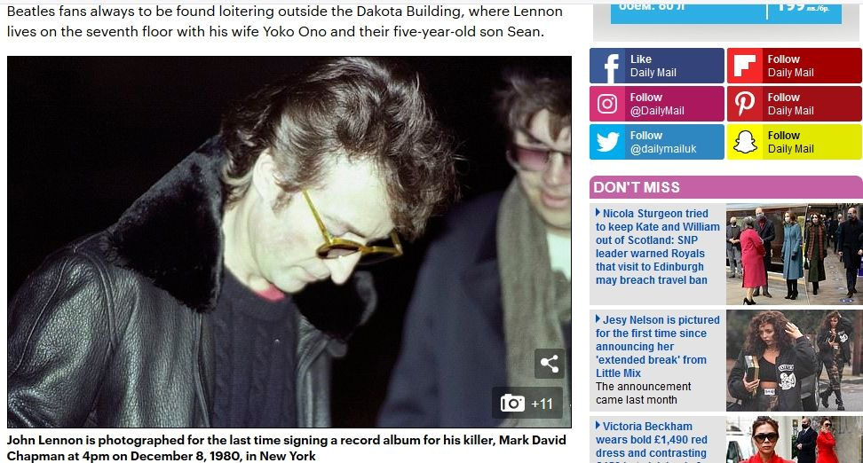 Джон Ленън дава автограф на Марк Чапман часове преди убийството. Това е последната снимка на Ленън жив. Моментът е уловен от фотoграфа Пол Гореш.