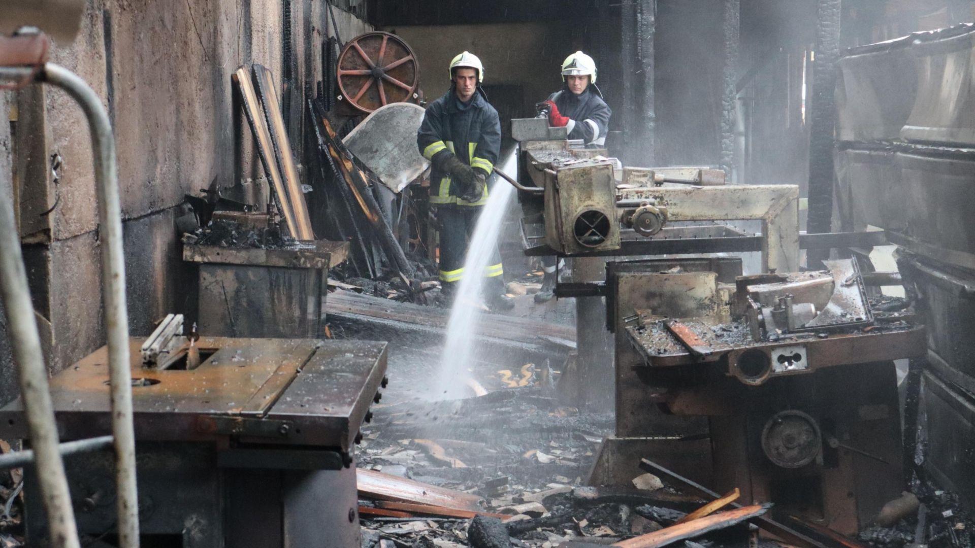 """Голям пожар вилня в складова база на """"Топливо"""" (снимки)"""