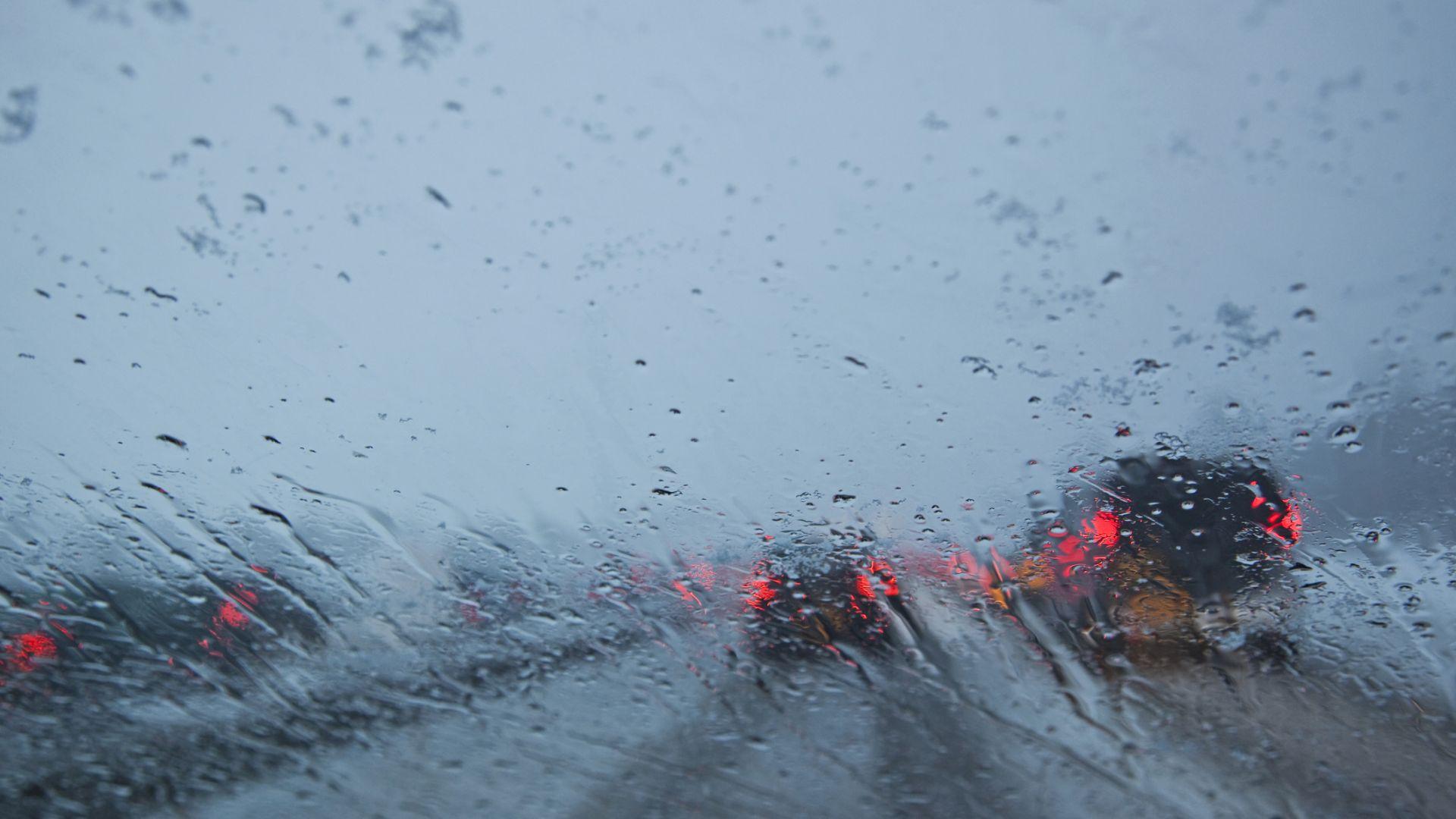 Около 1000 превозни средства са блокирани в снега на японска магистрала