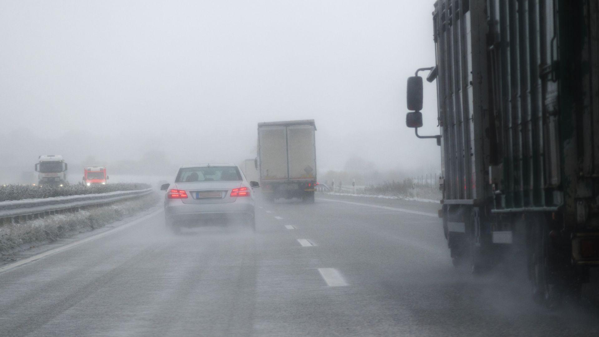 Дъжд, сняг, поледици и динамично време в следващите дни