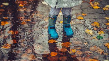 Дъждовете продължават, оранжев и жълт код за цялата страна