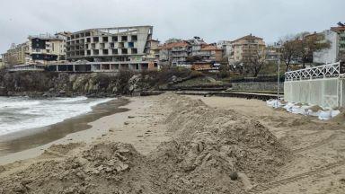 Глобяват концесионера на плажа в Созопол заради багер в морето