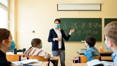 Учители настояват за ваксини или да се затворят училищата