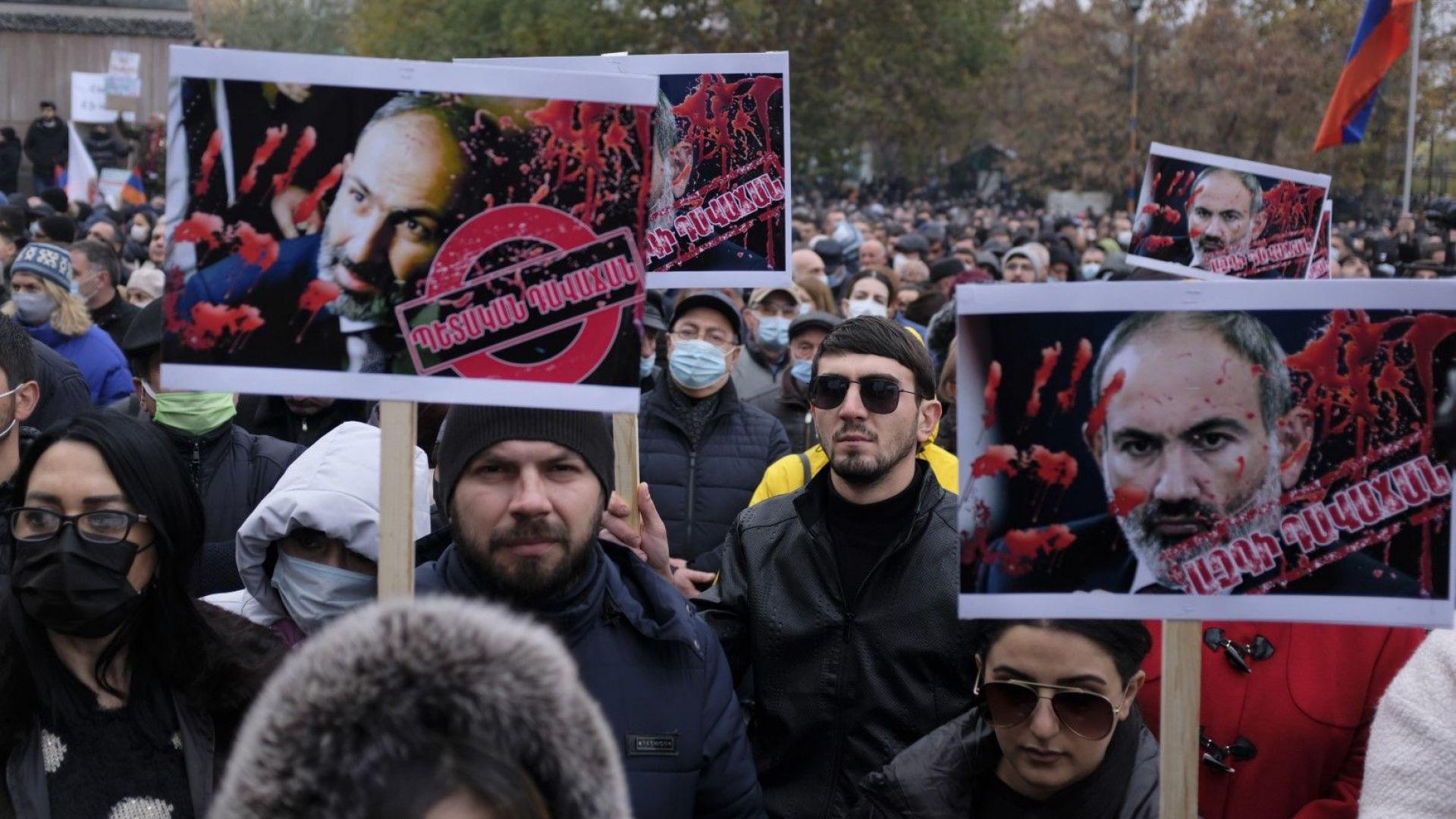 """Ереван е под блокада: """"Никол, предател"""",""""Армения без Никол"""""""