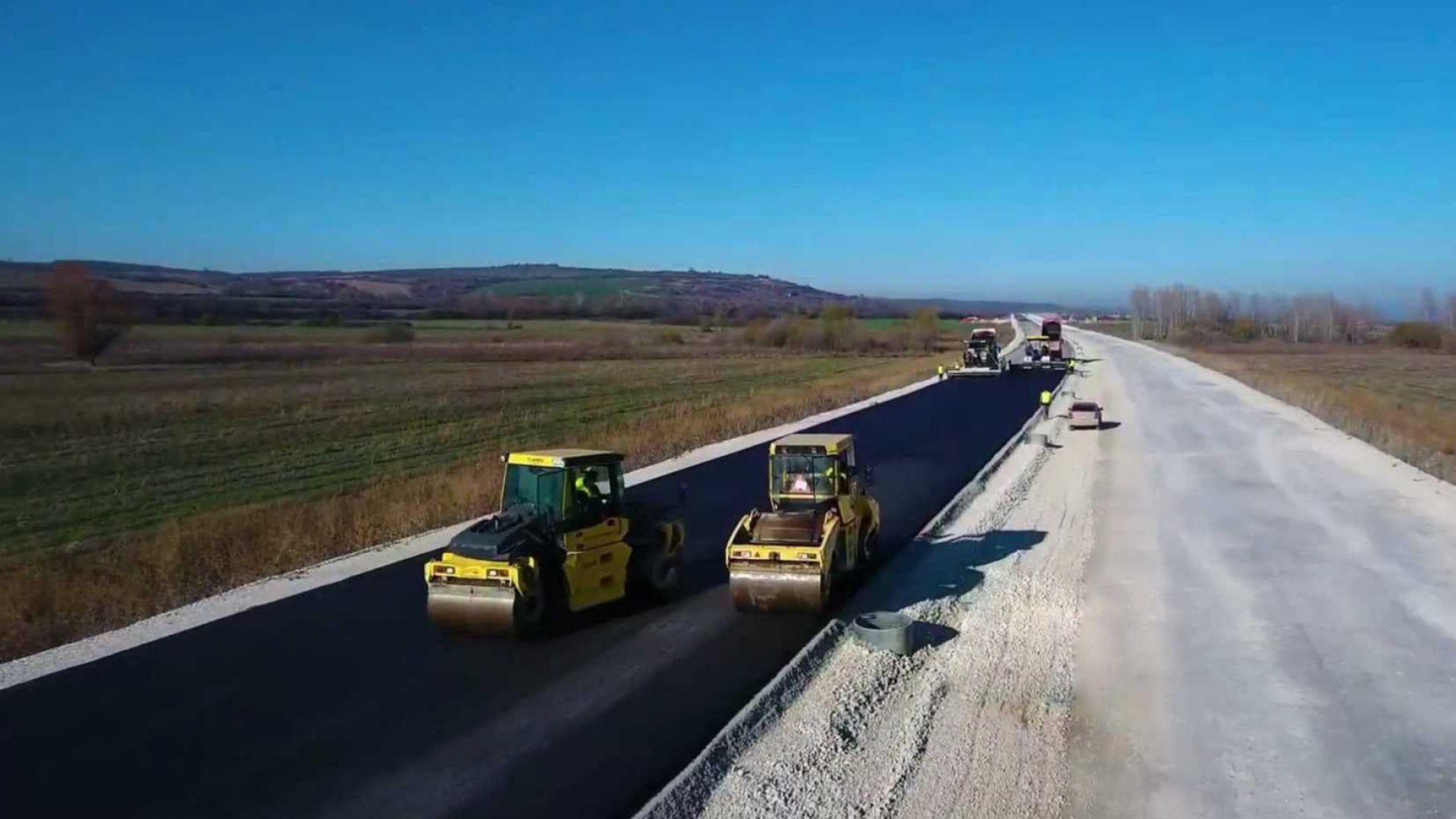 """Започна полагането на асфалта на """"Хемус"""" между Боаза и """"Дерманци"""" (снимки/видео)"""