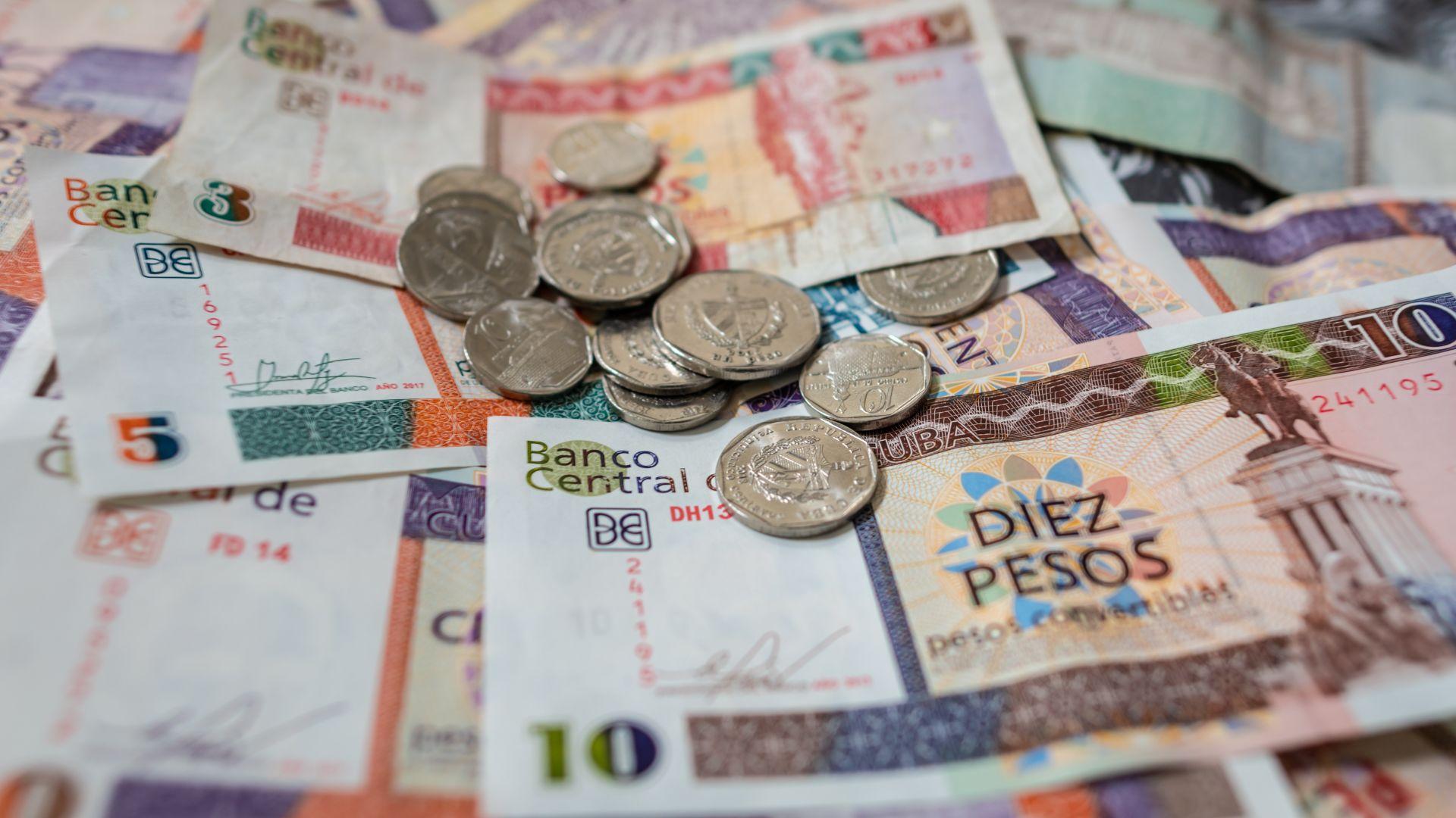 За първи път от революцията: Куба въвежда единен валутен курс и девалвира валутата си
