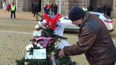 """""""Отровното трио"""" украси с пистолети и банкноти елха пред Министерски съвет (снимки, видео)"""