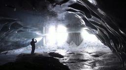 """Ледена катедрала"" в швейцарските Алпи предлага уникално шоу"