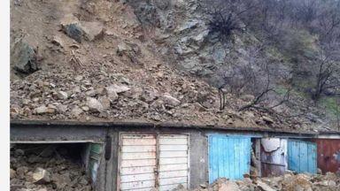 Тонове скална маса затрупа гаражи в Дупница