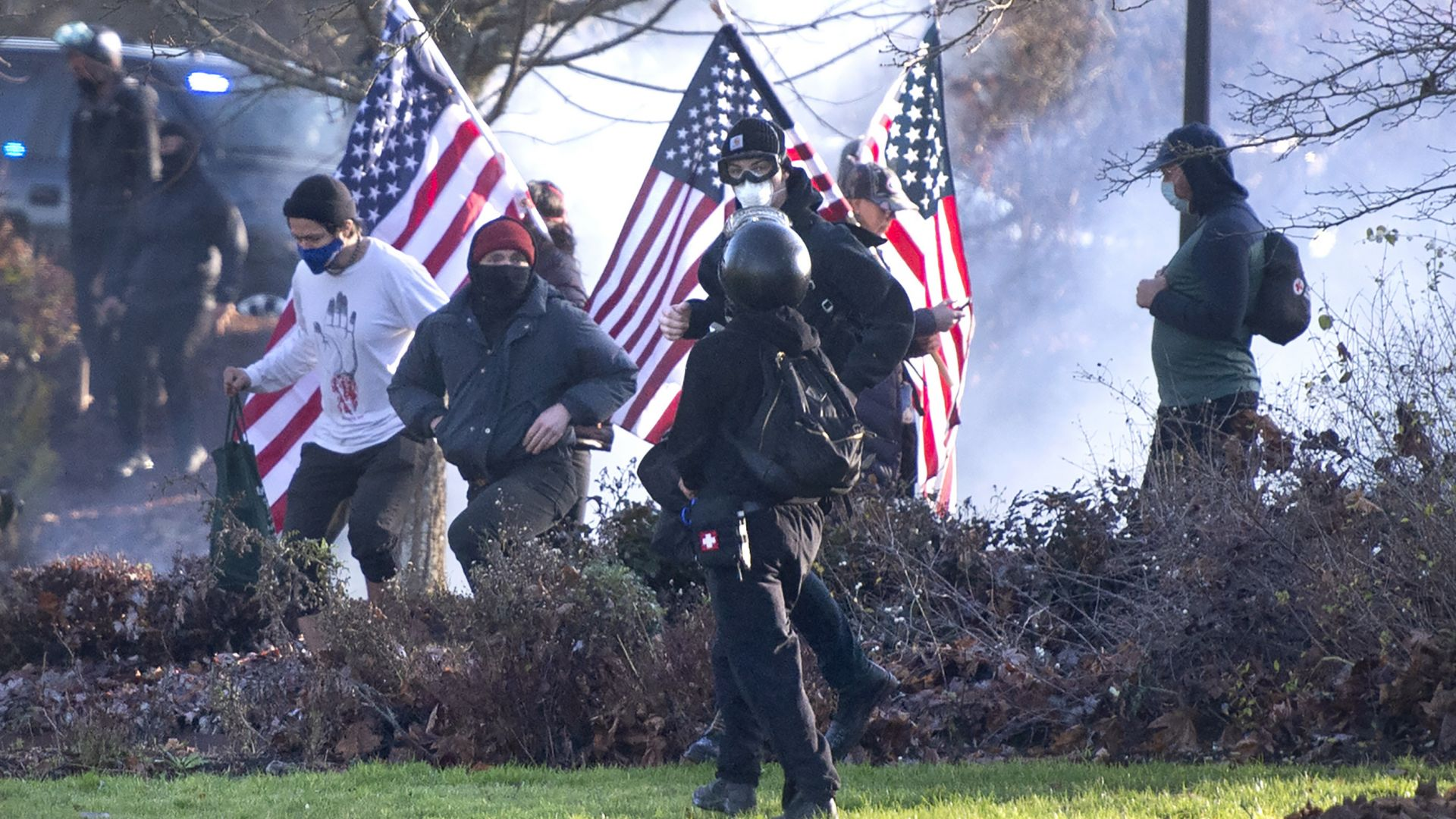 Поддръжници на Тръмп протестираха в САЩ, стигна се до насилие (снимка)