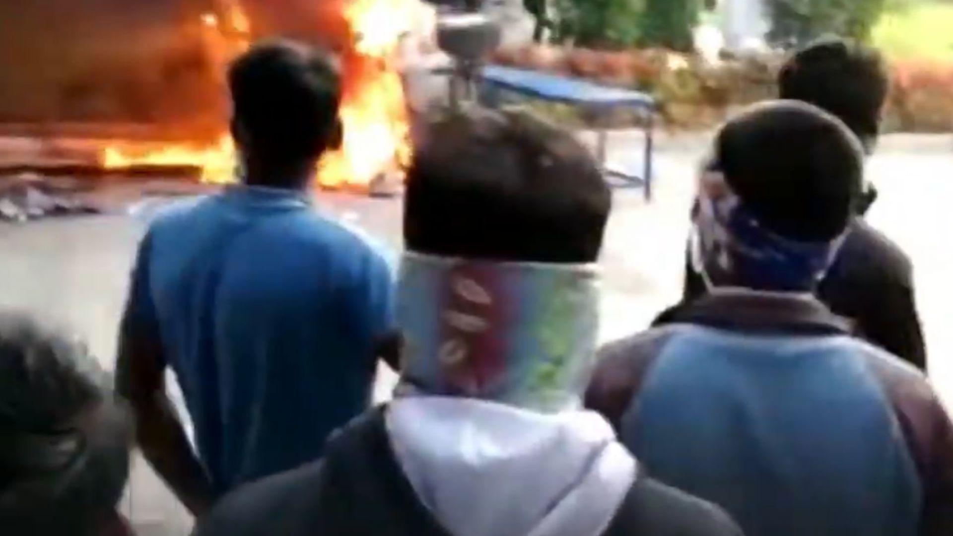 Гневни работници потрошиха завод за iPhone, десетки арестувани (видео)