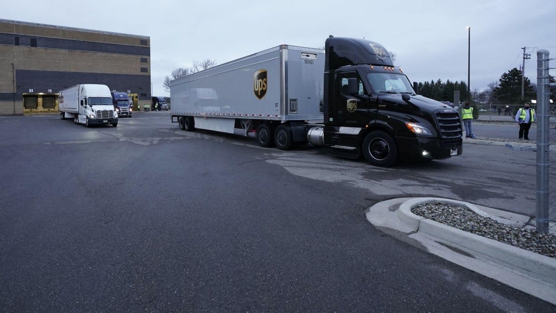 """Първият камион с ваксини на """"Пфайзер"""" потегли от завода в Мичиган (видео)"""