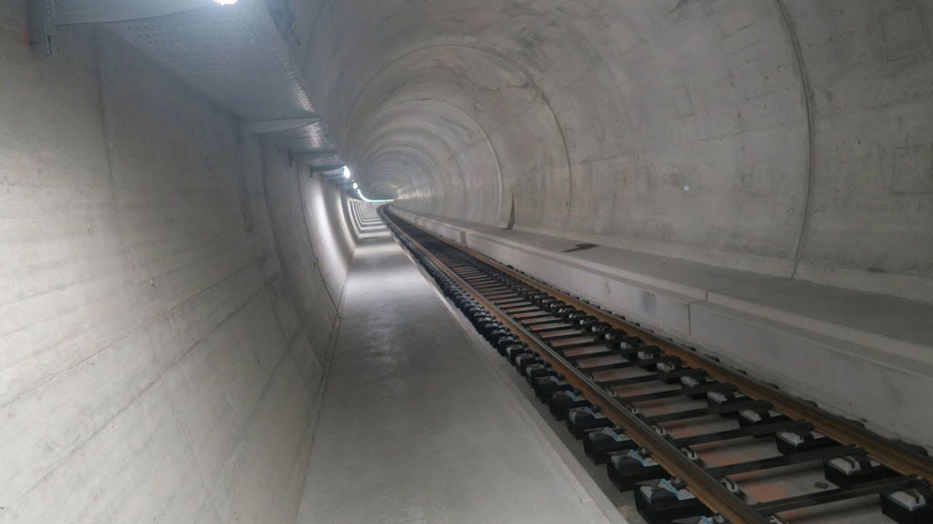 """Първите пътнически влакове минаха през 15-километровия тунел """"Ченери"""" в Алпите (видео)"""