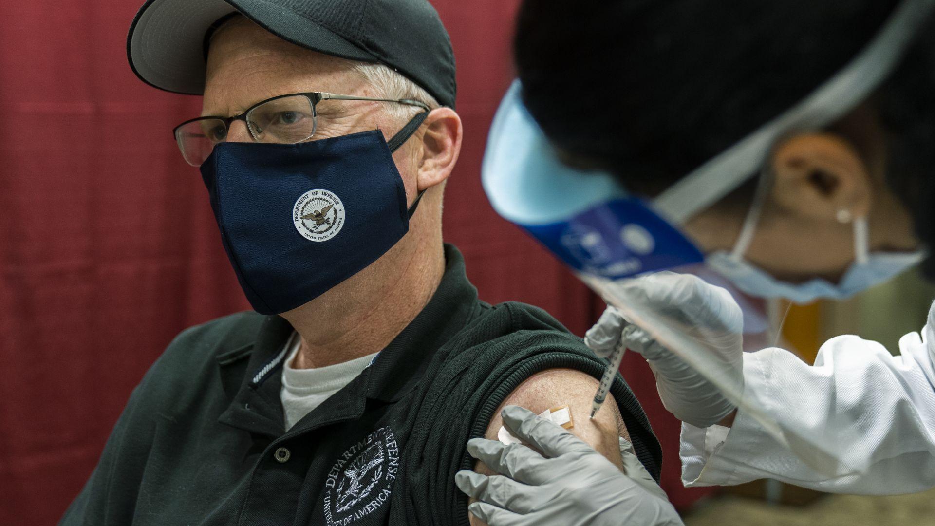 Шефът на Пентагона се ваксинира публично