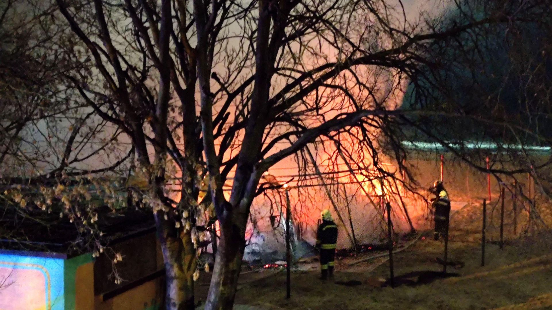 Пожар изпепели поредно крайбрежно заведение във Варна (снимки)
