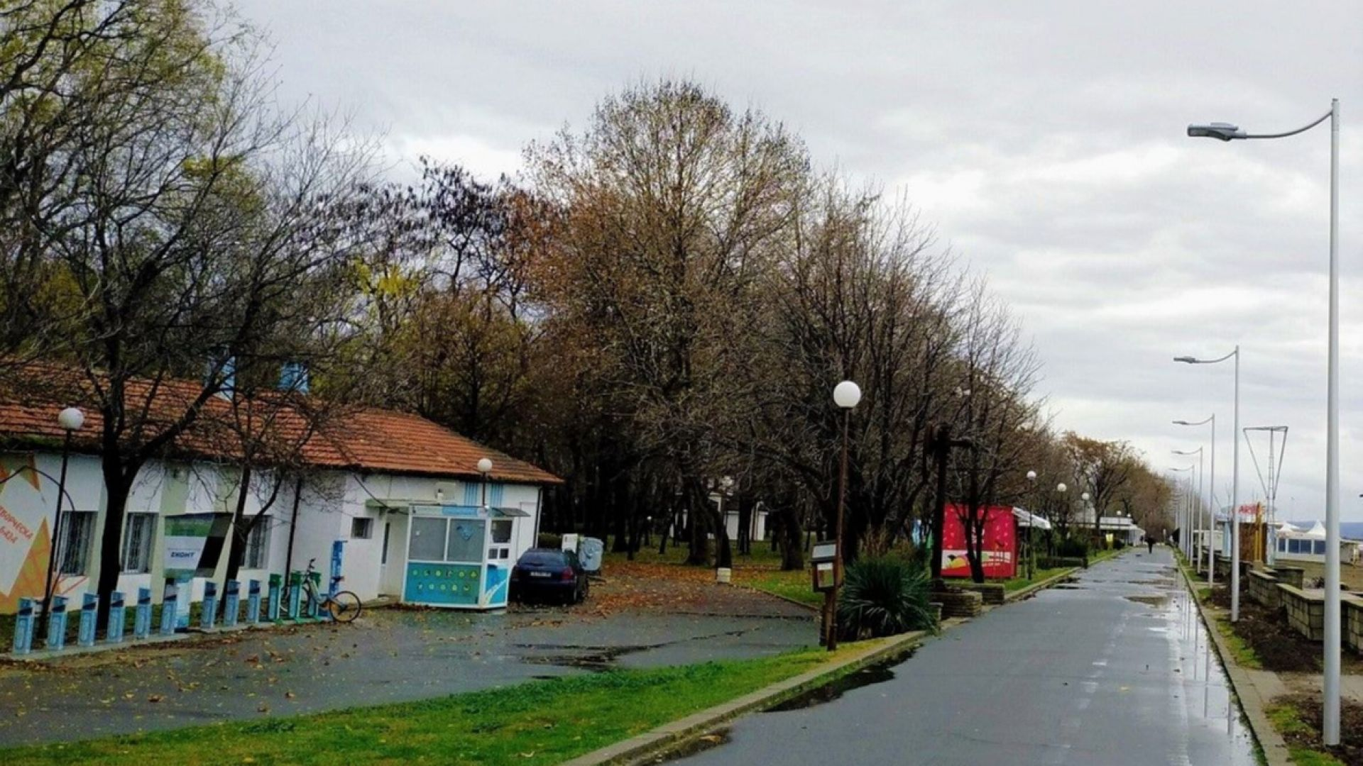 Новото осветление по крайбрежната алея в Бургас вече свети