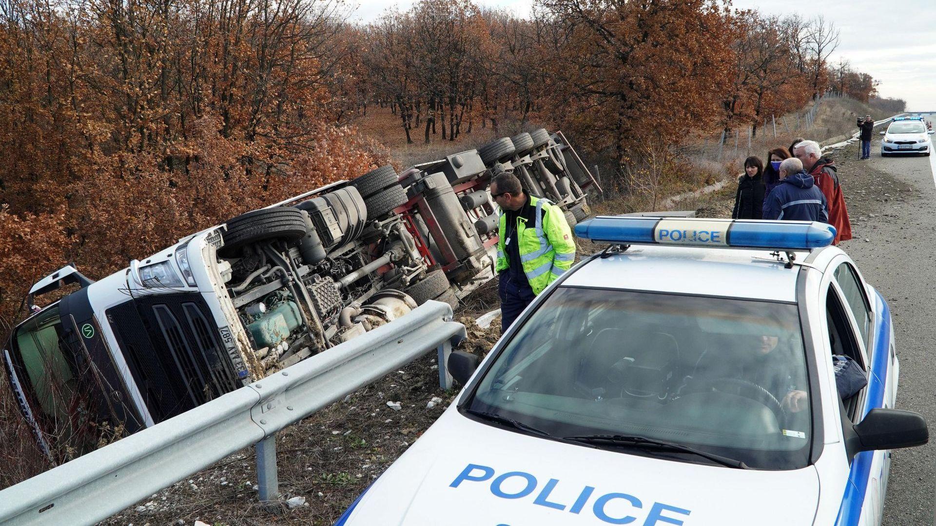 Тир с 23 тона нар и проститутка предизвикаха два тежки пътни инцидента (снимки)